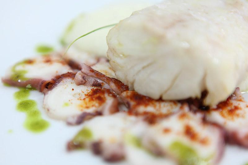 Suprema de merluza en caldo corto con patata y pulpo