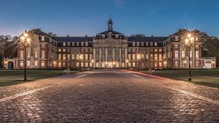 Fürstbischöfliches Schloss Münster (Beginn der Blauen Stunde)   by Rainer Albrecht