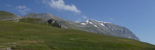 De top van de Monte Vettore is mijn doel van vandaag (de top aan de rechterkant op de foto, direct naast het zadel) ....
