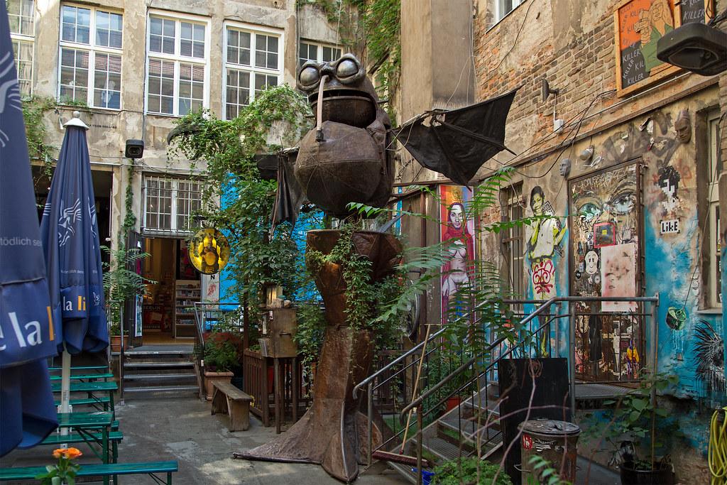 Cafe Cinema Und Berliner Hinterhofkunst Lustiger Hinterhof