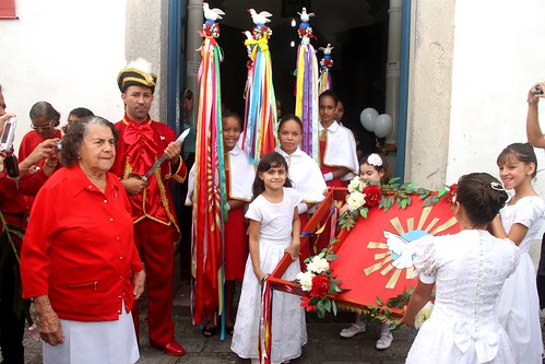 Erguida do Mastro - Festa do Divino em Itanhaém