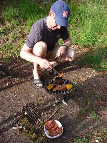 Voor het eerst koken met de biolite Campstove (nadat we hout gesprokkeld hadden).