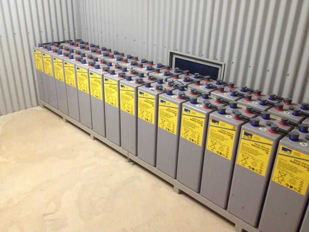 Banque de batteries pour panneau solaire: Il s'agit de la moitié de la banque de batteries 1 AH 2V utilisée pour stocker l'énergie du panneau solaire de 1400 kW. il y avait 12 batteries au total.