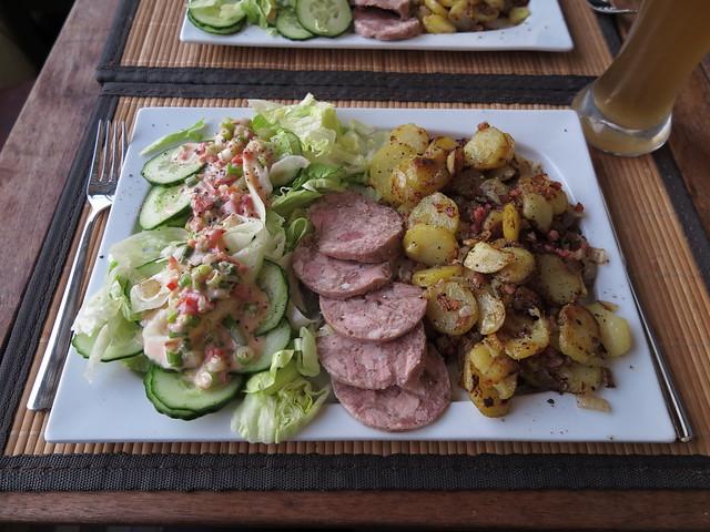 Bratkartoffeln mit Sülze und Salat