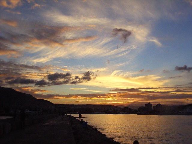 Nubes al atardecer sobre el puerto de Denia