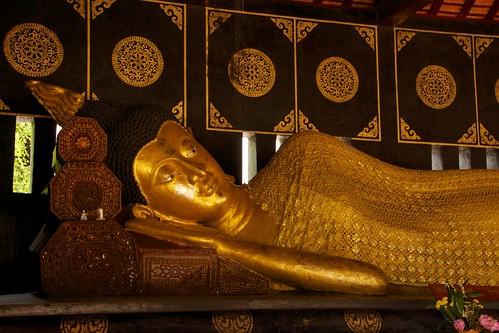 Wat Chedi Luang in Chiang Mai, Thailand   by kimtetsu