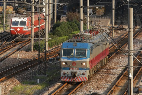 Pair of electric locomotives head between the platforms at Shanghai Railway Station