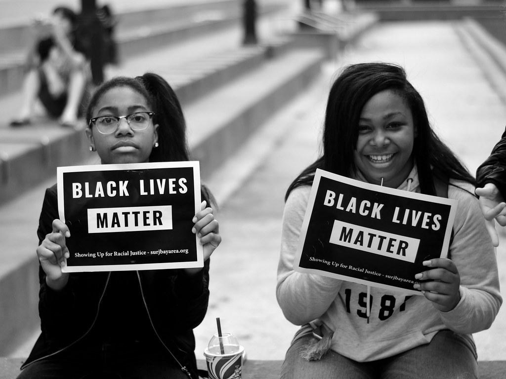Hnutí Black Lives Matter získává čím dál větší popularitu. Mezi největší propagátory aptří Kendrick Lamar, Janelle Monaé, J. Cole nebo Beyoncé (Foto: Tom Hilton)