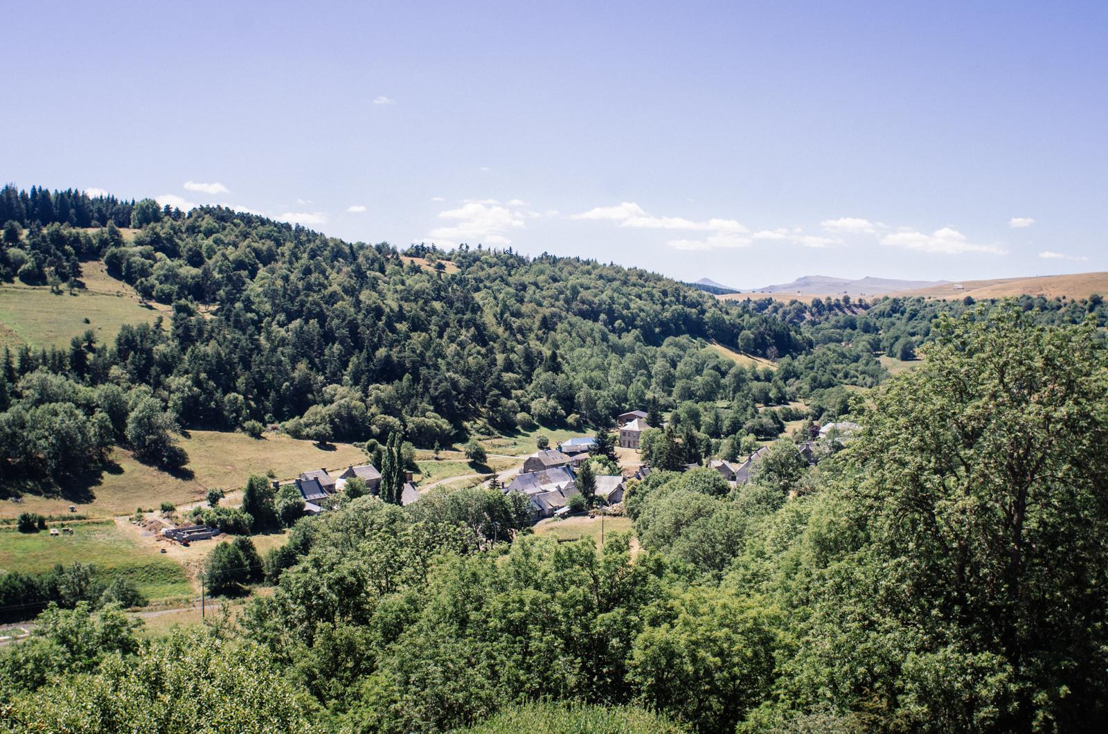 Les villages du Cézallier, repliés dans les reliefs du plateau