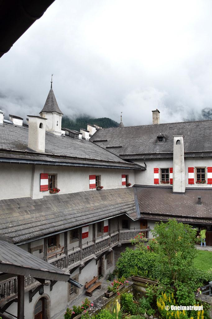 Hohenwerfenin linnan seinäkoristeita ja paanukattoa