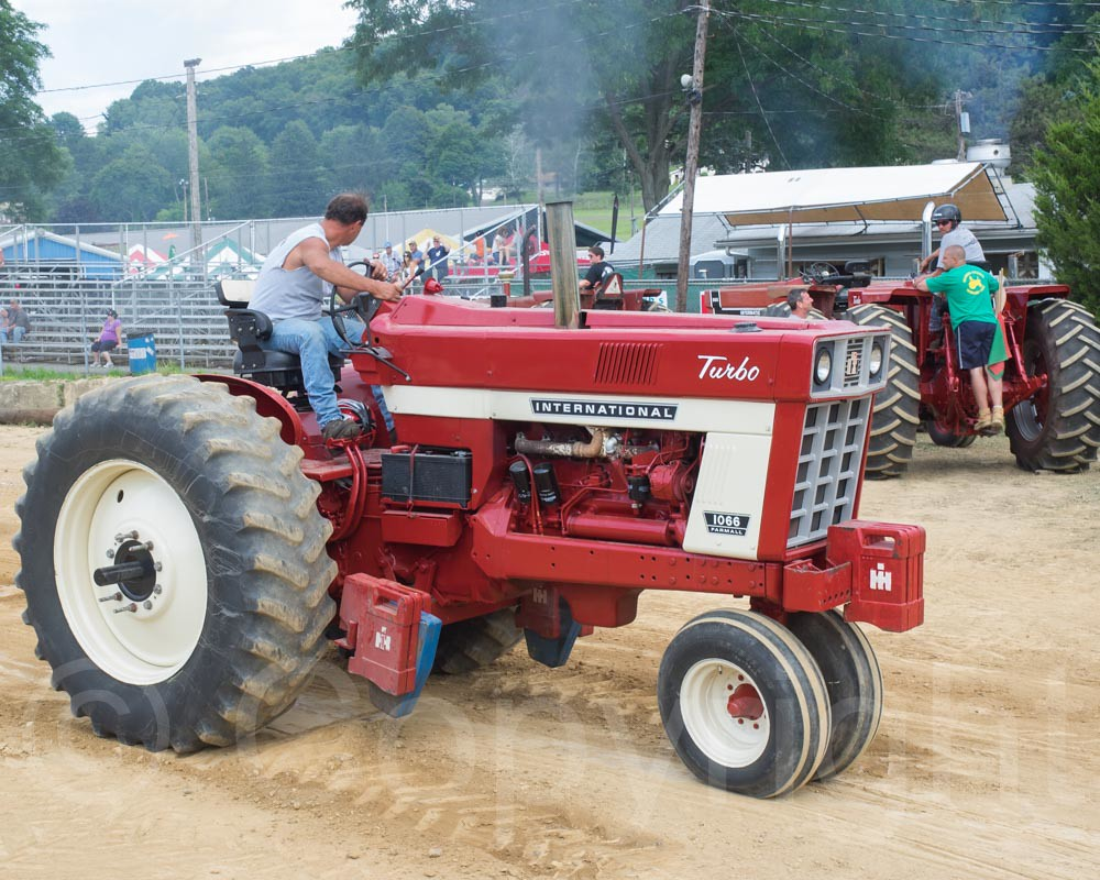 International Turbo 1066 Row-Crop Truck at Tractor Pull Co