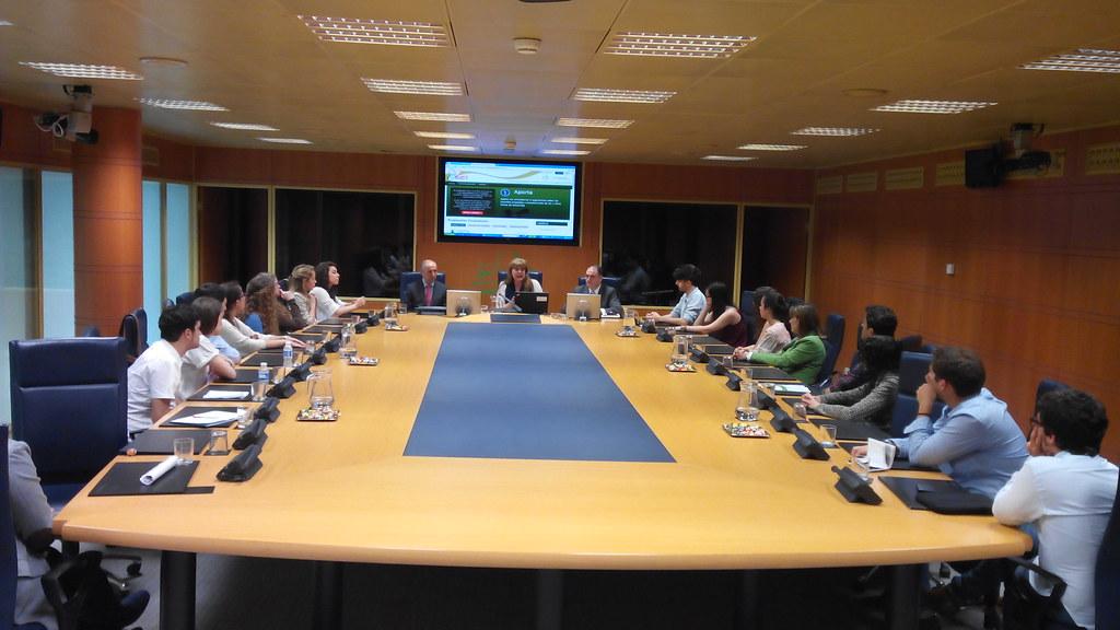 Estudiantes de la Universidad de Deusto visitan el Parlamento Vasco y asisten al Pleno en directo