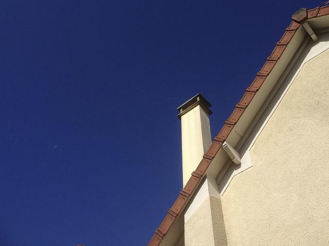 Cheminée sur ciel très bleu