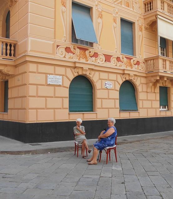 Vecchiette in piazza - Old ladies in the square