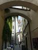 Pasov – vzadu radniční věž, po pravé straně zeď hotelu Wilder Man, foto: Petr Nejedlý