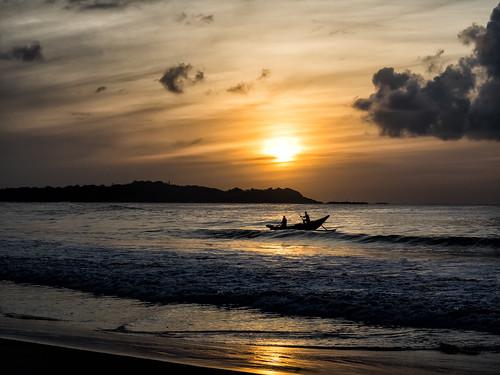 sunrise fishing fisherman asia srilanka recreation sunrises sonnenaufgang fischer sunup daybreak matara entspannung fischfang outdoorrecreation erholung sportsrecreation dikwella tageszeit tangale südprovinz sri2014