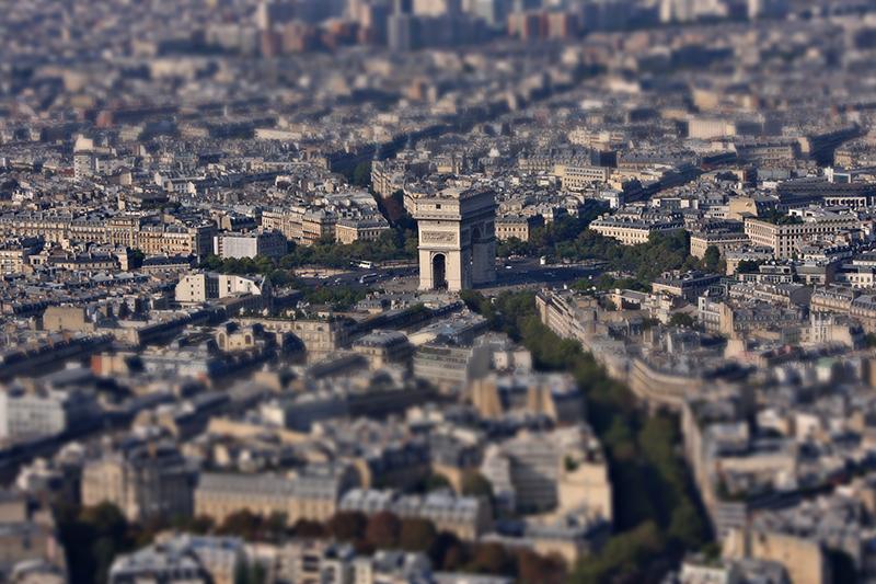 Tiltshift de l'arc de triomphe vu de la Tour Eiffel - Tiltshift of the Triumphal Arch viewed from the Eiffel Tower