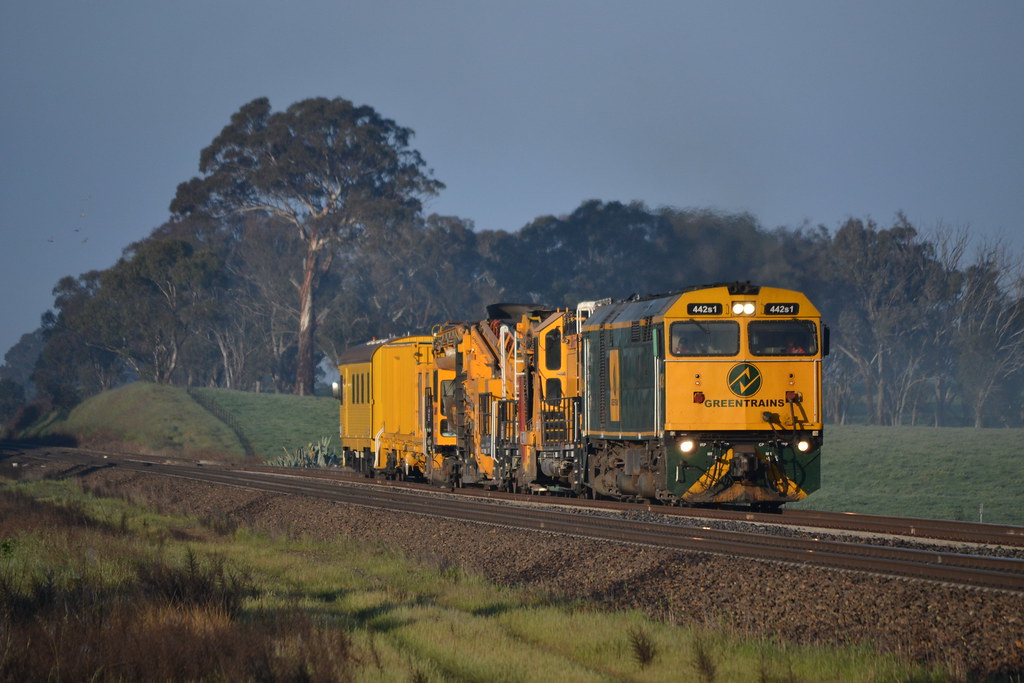 04.10.2014 - 8M71 - 442s1on a works train north of Yass Jct by Jeff
