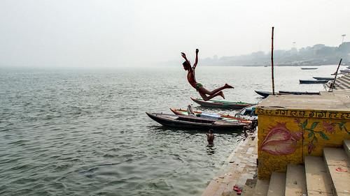 Inde - Le saut dans le Gange à Varanasi