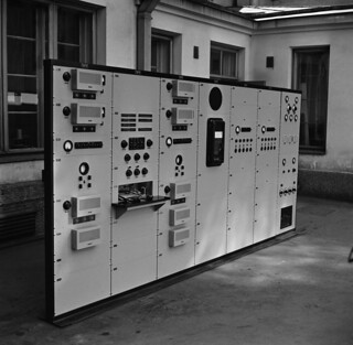 A low voltage board destined for Turku broadcasting station in the courtyard of Fabianinkatu radio house, ca. 1939.