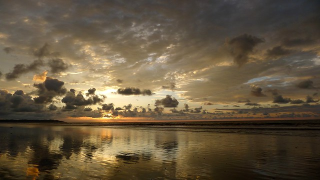 Coucher de soleil flamboyant et reflet