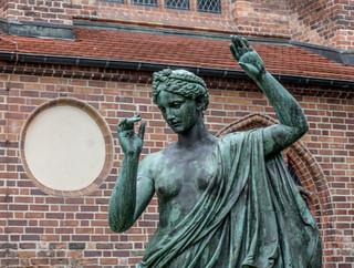 Dame vor der Kirche