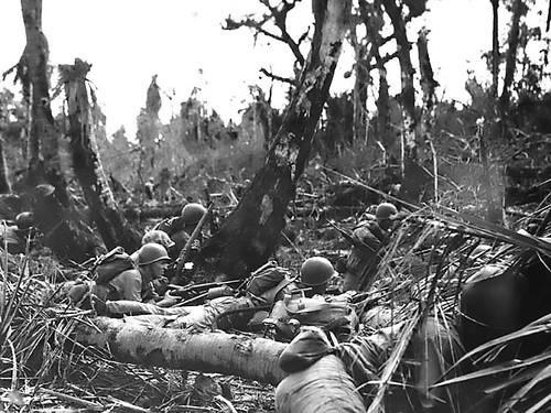 Marines preparándose para resistir a los japoneses en Saipán