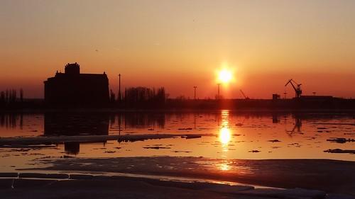 winter sunset sun snow building ice nature water reflections river landscape colours silhouettes wisła vistula płock