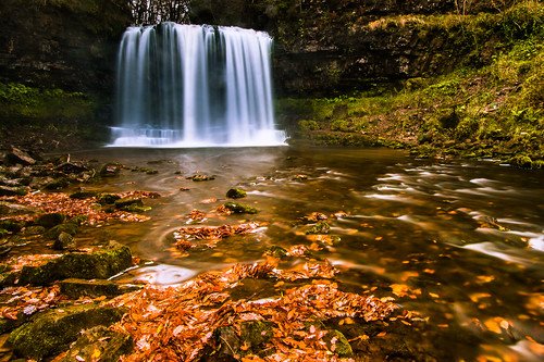 uk autumn fall leaves wales river waterfall colours wasserfall britain laub herbst spray autumnleaves autumncolours waterfalls fluss farben herbstlaub herbstfarben sgwdyreira afonhepste gischt riverhepste fourwaterfallswalk oliverherbold