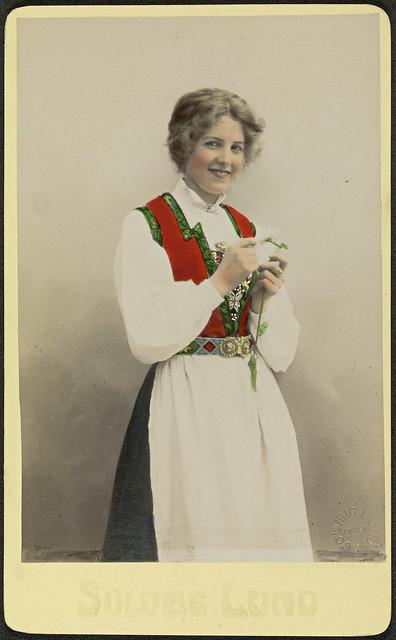 Studioportrett av uidentifisert kvinne i bunad