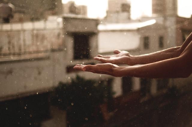 manos largas en la lluvia