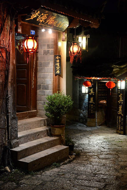Inn fronts at night, Old town Lijang (丽江), Yunnan Province (云南省), China (中国)