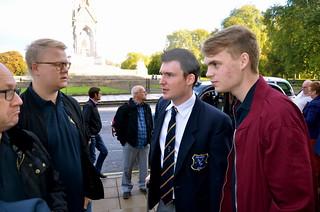 Paul Duffy i samspråk med ett par svenska kollegor