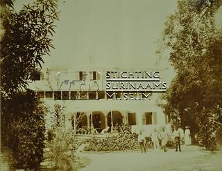 Achterzijde gouverneurshuis | by Stichting Surinaams Museum