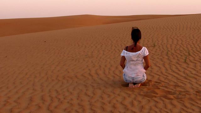 Se stringi nel pugno la sabbia del deserto  non riuscirai a trattenerla. Se lasci aperta la tua mano, la tua mano si riempirà di sabbia....