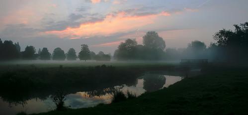 mist reflection sunrise river stream earlymorning moor herts hemelhempstead boxmoor