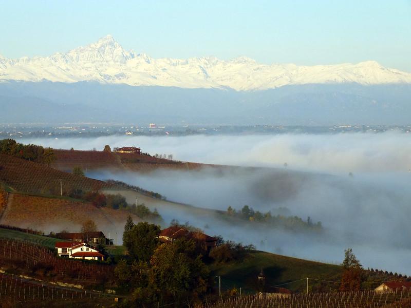 La nebbia accarezza le colline.
