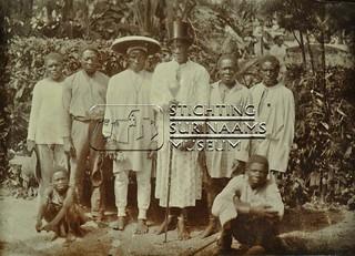 Groepsfoto bosnegers | by Stichting Surinaams Museum
