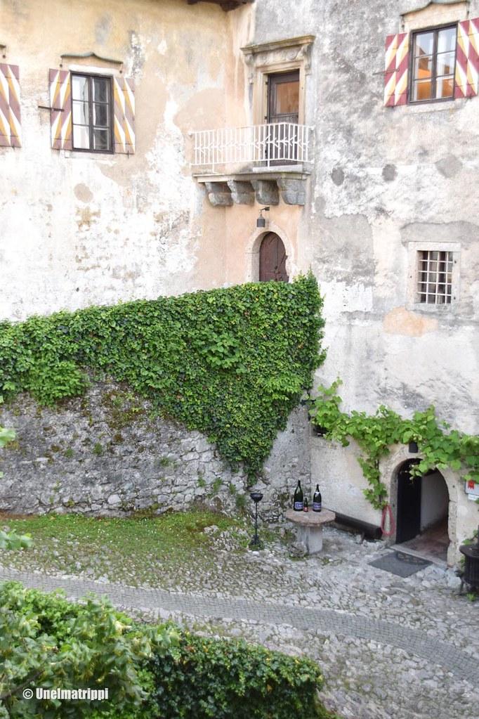 Bledin linnan sisäpihaa ja kasviköynnöksiä
