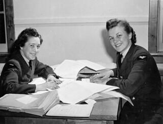 Timekeeping personnel of the RCAF Women's Division, No. 2 Service Flying Training School, Uplands, Ontario... / Des membres de la Division féminine de l'ARC responsables de la compilation du temps à la 2e École de pilotage militaire d'Uplands (Ontari