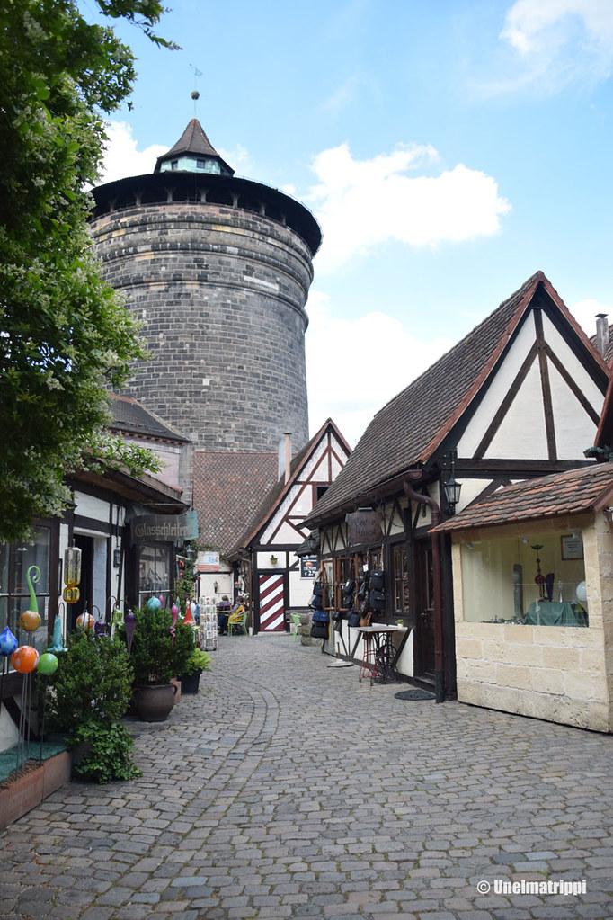 Torni ja ristikkotaloja Nürnbergin vanhassakaupungissa