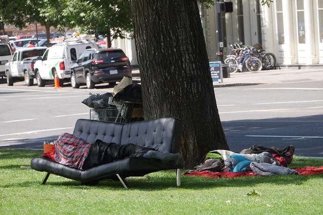 金, 2015-07-17 11:04 - Willamette川沿いの公園のホームレスさん