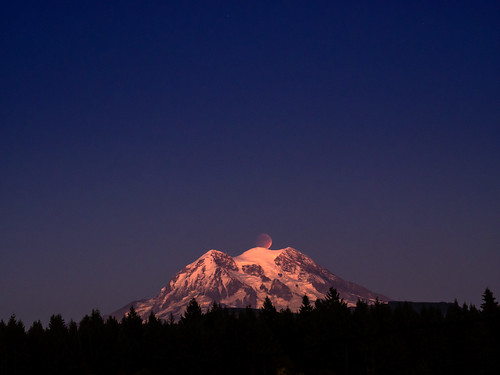 sunset eclipse moonrise rainier bloodmoon