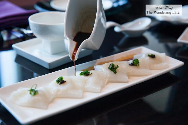 Steamed rice rolls, black truffle, scallop 黑松露干貝腸粉