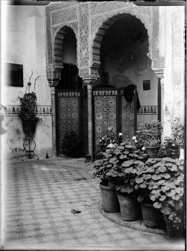 Patio de la casa del pintor Ricardo Barajas en la Calle Cristo de la Luz en Toledo hacia 1920. Fotografía de Enrique Guinea Maquíbar © Archivo Municipal de Vitoria-Gasteiz