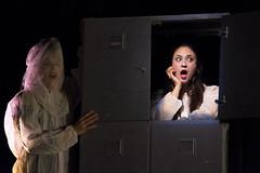 En la imagen se puede ver a dos componentes del grupo de teatro sobre el escenario.  Fotografía cedida por Óscar Blanco Gutiérrez.