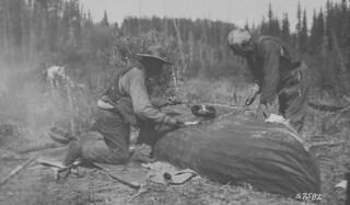 Patching a canvas canoe / Réparation d'un canot de toile