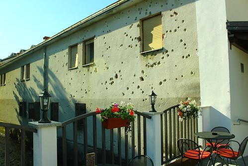 圖05.波士尼亞刻意保留牆上的彈孔,要讓世人了解種族內戰的可怕