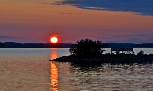 sunset lake sun suomi sunlight reflections sky clouds silhouettes flickr finland nature landscape luonto nikon night evening ilta iltaaurinko järvimaisema järvi taivas heijastukset auringonlasku aurinko water waterscape vesi vesijärvi maisema bigsun eveningsun light goodnight d3200 nikond3200 europe