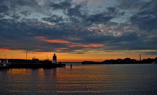 sunset sunlight finland suomi maisema järvimaisema järvi nikond3200 auringonlasku majakka silhouettes clouds colorful landscape vesi view vesijärvi evening ilta iltaaurinko harbour harbor lighthouse light naturephotography europe